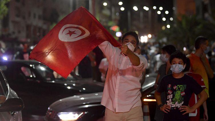 Des manifestants célèbrent la suspension du Parlement, annoncée par le président Kaïs Saïed, à Tunis (Tunisie), le 25 juillet 2021. (FETHI BELAID / AFP)
