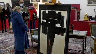 Untableau de Soulages était mis en vente le 23 janvier 2021 à Caen.Le tableau original n'était pas visible par tout le monde et une reproduction photographique était présentée au public. (ST?PHANE GEUFROI / MAXPPP)