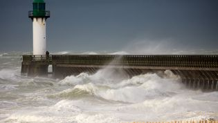 La tempête Ana sur la jetée de Calais (Pas-de-Calais), le 10 décembre 2017. (MAXPPP)