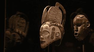 Le couple de galeristes Ewa et Yves Delavon ont légué au musée de Confluences de Lyon une soixantaine de pièces de leur exceptionnelle collection d'art africain en comportant près de 300.  (Culturebox / capture d'écran)