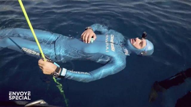"""Envoyé spécial. """"Je rentre dans un état un peu méditatif"""" : quand l'apnéiste Guillaume Néry se prépare à plonger à 100 mètres"""