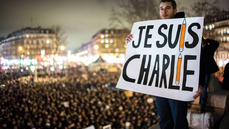 """Une veillée place de la République, à Paris, le 7 janvier 2015, après l'attentat à la rédaction de """"Charlie Hebdo"""". (VOISIN / PHANIE / AFP)"""
