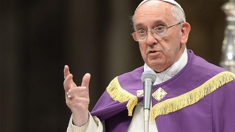 Le pape François célèbre une messe à la basilique Saint-Pierre, au Vatican, le 30 novembre 2013. (ANDREAS SOLARO / AFP)