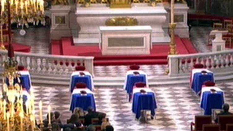 Les cercueils des soldats français alignés dans l'église des Invalides (21/08/2008) (© France 2)