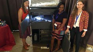 La machine à fabriquer de l'eau présentée par les trois associées de Majik Water. Au centre Beth Koigi. (Majik Water)