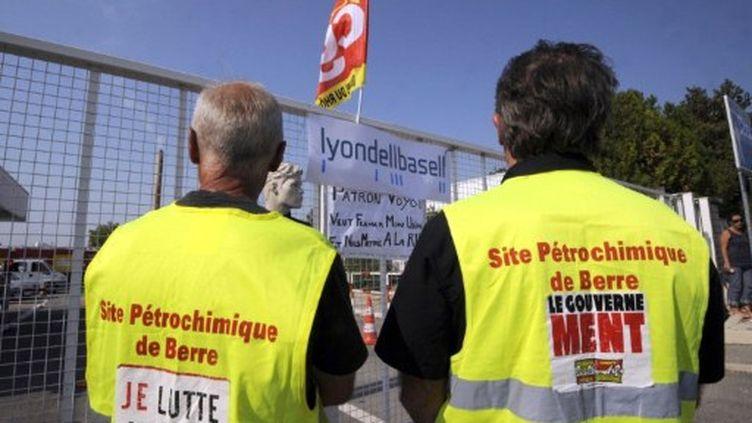Deux employés du groupe américain LyondellBasell, le 29 septembre 2011. (ANNE-CHRISTINE POUJOULAT / AFP)