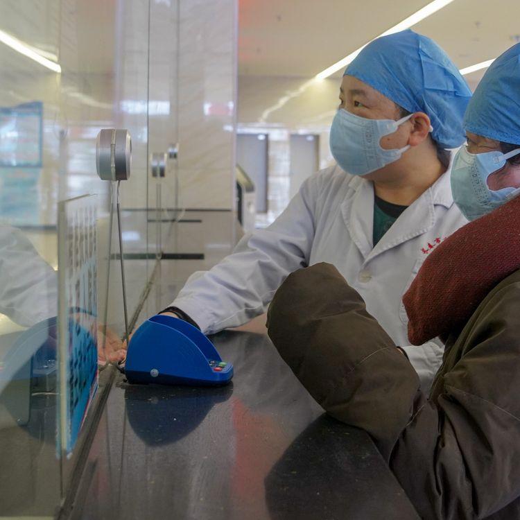 Une patiente (à droite) est accompagnée par un membre du personnel médical d'un hôpital de Changchun, dans la province chinoise de Jilin, jeudi 30 janvier 2020. (ZHANG NAN / XINHUA / AFP)