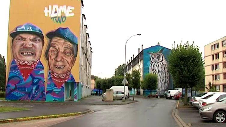 """En attendant la destruction, """"Home two"""" coordonné par le collectif Moulin Crew donne des couleurs aux immeubles du quartier Manchester de Charleville  (France 3 / Culturebox)"""