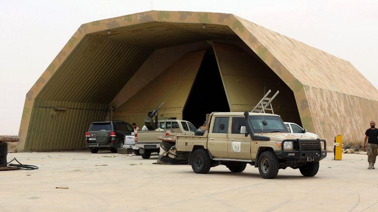 Les forces armées du gouvernement de Tripoli reconnu par l'ONU ont repris le 18 mai 2020 la base aérienne d'Al-Watiya tenue depuis 2014 par les hommes du maréchal Haftar. (MAHMUD TURKIA / AFP)