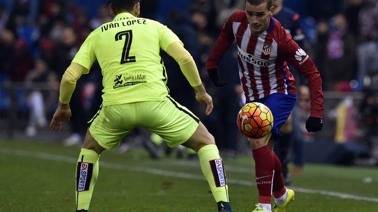 Le Français Antoine Griezmann face au défenseur de Levante Ivan Lopez (GERARD JULIEN / AFP)