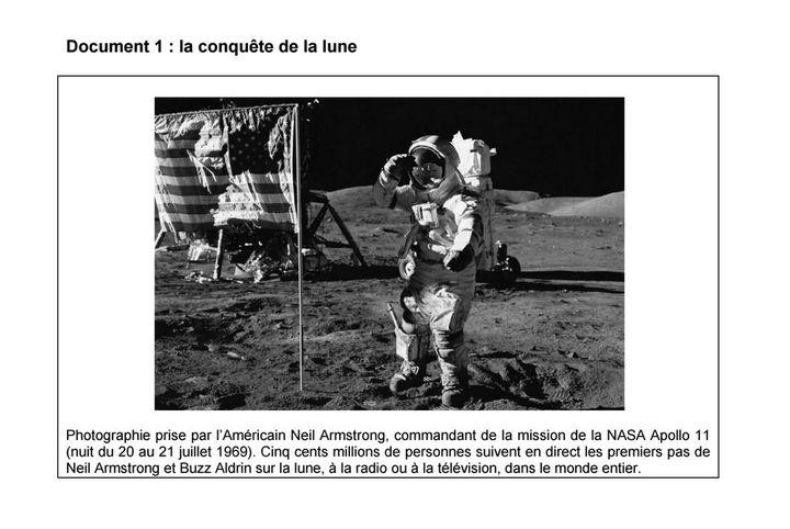 Contrairement à ce qu'explique la légende du sujet d'histoire, il ne s'agit pas d'une photo prise par Neil Armstrongsur la Lune, la nuit du 20 au 21 juillet 1969. (MINISTERE DE L'EDUCATION NATIONALE / FRANCETV INFO)