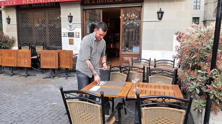 Vincent Gloser, le patron de la brasserie de l'Hôtel de ville, à Genève (Suisse), se dit prêt a rouvrir sa terrasse, lundi 19 avril 2021. (ALAIN GASTAL / RADIO FRANCE)