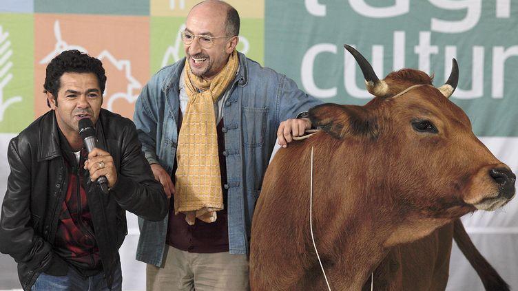 """Fatsah Bouyahmed, sa tarentaise et Jamel Debbouze dans """"La Vache""""  (Pathé Distribution)"""