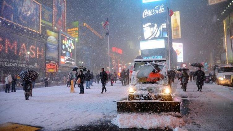 Times Square, à New York (Etats-Unis), le 8 février 2013. La ville est touchée par un blizzard important. (MEHDI TAAMALLAH / AFP)