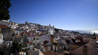 L'explosion a eu lieu dans un immeuble du quartier de l'Alfama, le 13 août 2017 à Lisbonne (Portugal). (PATRICIA DE MELO MOREIRA / AFP)