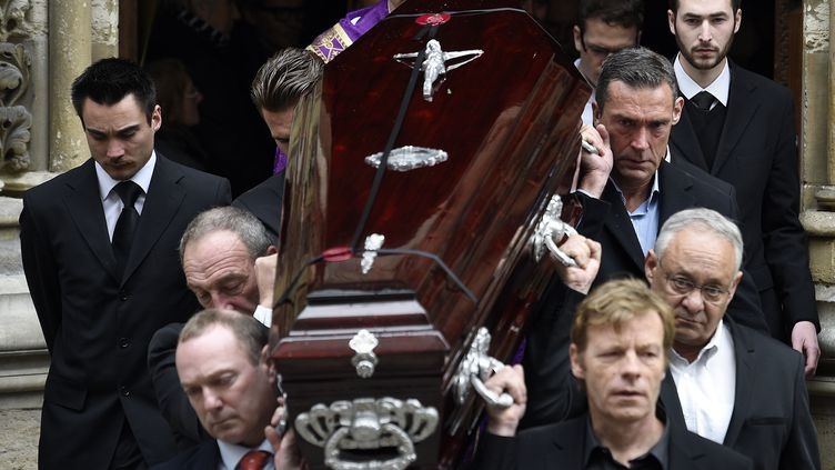 Le cercueil deFlorence Arthaud sort de l'église Saint-Séverin à Paris, le 30 mars 2015 (MARTIN BUREAU / AFP)