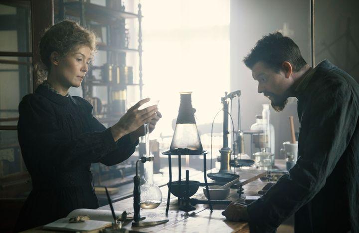 """Rosamund Pike et Sam Riley dans """"radioactive"""" de Marjane Satrapi. (Copyright StudioCanal)"""
