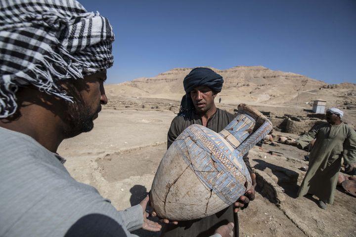Une céramique trouvée dans la cité antique qui vient d'être découverte en Egypte, près de Louxor (10 avril 2021) (KHALED DESOUKI / AFP)