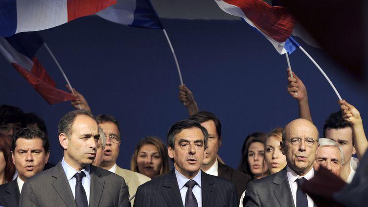 """Jean-François Copén, François Fillon et Alain Juppé entonnent """"La Marseillaise"""" lors d'un meeting de soutien de l'UMP à Nicolas Sarkozy, le 3 mai 2012 à Bordeaux (Gironde). (JEAN-PIERRE MULLER / AFP)"""