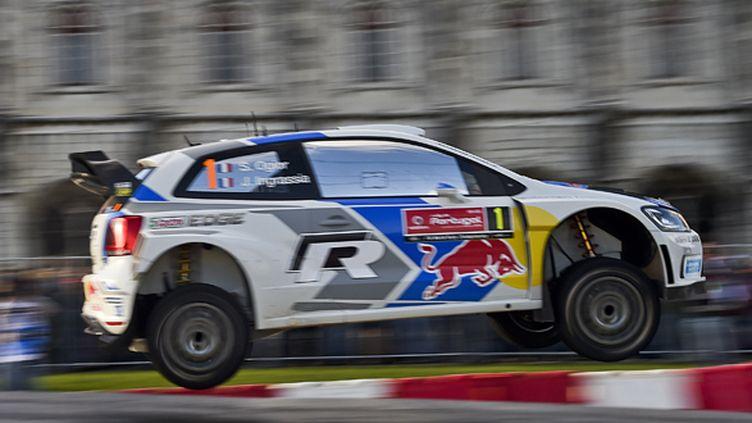Sébastien Ogier (Volkswagen) en plein vol (PATRICIA DE MELO MOREIRA / AFP)
