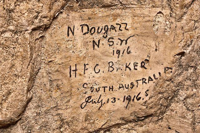 L'un des quelque 3000 graffitis laissé par un soldat australien dans les souterrains de Naours (Somme) pendant la Première guerre mondiale.  (Dominique Bossut - Inrap)