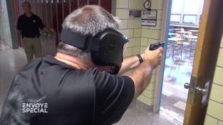 Aux Etats-Unis, les enseignants se forment au maniement des armes à feu. (FRANCE 2 / FRANCETV INFO)
