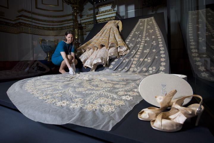 """Exposition""""La mode d'un règne : 90 ans de style à travers la garde-robe de la reine"""" à Buckingham Palace à Londres  (JUSTIN TALLIS / AFP)"""