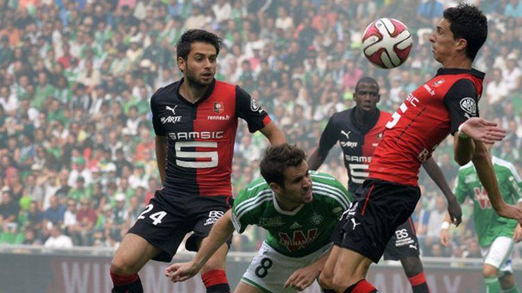 Benjamin Corgnet empêtré entre deux joueurs du Stade Rennais (JEAN-PHILIPPE KSIAZEK / AFP)