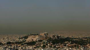 Athènes, la capitale grecque, recouverte par un nuage de pollution, le 19 juin 2008. (LOUISA GOULIAMAKI / AFP)