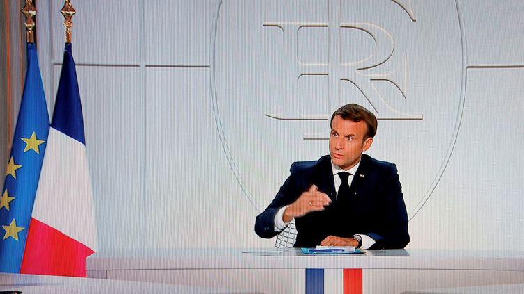 Le président, Emmanuel Macron, s'exprime depuis l'Elysée lors d'une interview pour France 2 et TF1, mercredi 14 octobre 2020. (LUDOVIC MARIN / AFP)