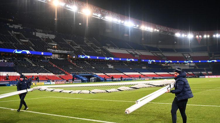 Les employés du Parc des Princes enlèvent les buts après l'arrêt du match entre le PSG etBasaksehir, le 8 décembre 2020 à Paris. (FRANCK FIFE / AFP)