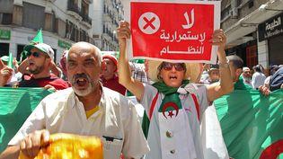 """""""Non à la pérennité du régime"""", dit cette pancarte brandie par un manifestant du Hirak à Alger le 26 juillet 2019. (- / AFP)"""