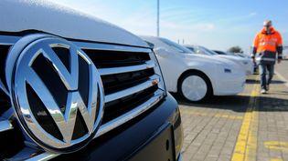 Une voiture du constructeur Volkswagen sur le point d'être expédiée par bateau depuis le port de Bremerhaven (Allemagne), le 2 octobre 2015. (INGO WAGNER / DPA / AFP)
