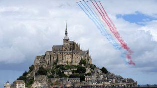 La Patrouille de France, devant le Mont Saint-Michel pour le départ du Tour de France, le 2 juillet 2016. (LIONEL BONAVENTURE / AFP)