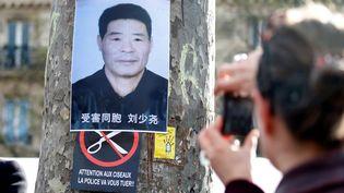 Un poster deShaoyao Liu, 56 ans, le 2 avril 2017 à Paris, après qu'il ait été abattu par la police. (CHARLES PLATIAU / REUTERS)