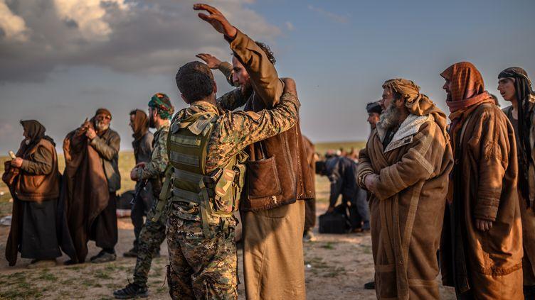 Des hommes soupçonnés d'appartenir au groupe État islamique arrêtés à Baghouz, dans le nord de la Syrie (photo d'illustration). (BULENT KILIC / AFP)