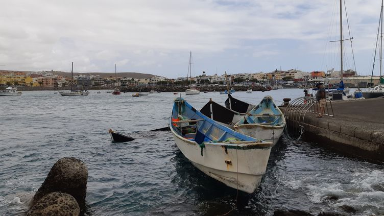 Sur le port d'Arguineguin, au sud de l'île de Grande Canarie, les barques, parfois frêles, sur lesquelles les migrants partent des côtes africaines pour rejoindre les Canaries, en avril 2021. (JÉROME JADOT / RADIO FRANCE)