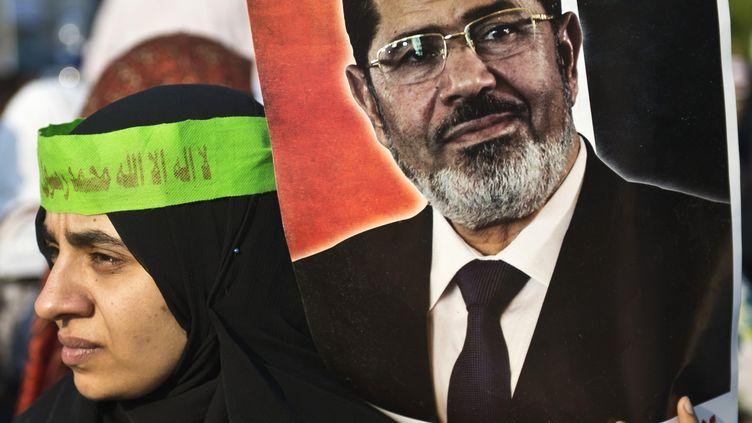 Une partisane de Mohamed Morsi brandit son portrait, le 3 juillet 2013 au Caire (Egypte). (KHALED DESOUKI / AFP)