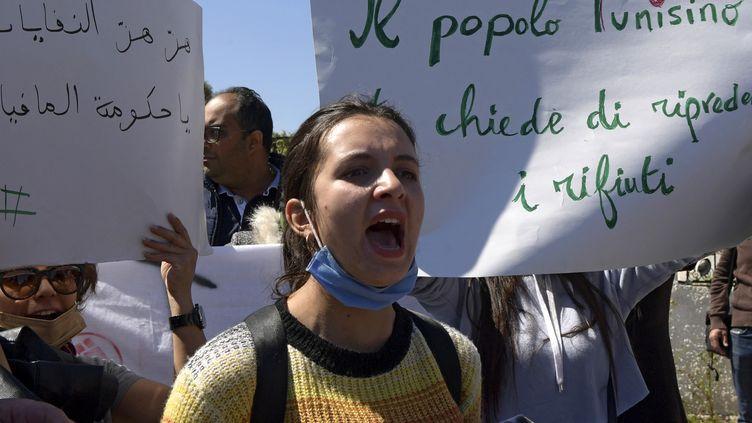 Des militants écologistes tunisiens devant l'ambassade d'Italie à Tunis, le 1er avril 2021, pour exiger le retour des déchets ménagers importés illégalement d'Italie. (FETHI BELAID / AFP)