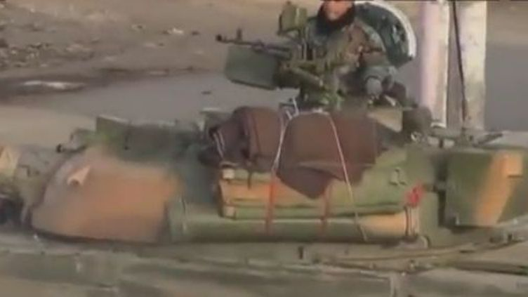 Blindés de l'armée syrienne positionnés à Deraa, en décembre 2011. (REUTERS / APTN)