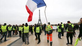 """Des """"gilets jaunes"""" manifestent place du Trocadéro, à Paris, le 29 décembre 2018. (MICHEL STOUPAK / NURPHOTO / AFP)"""