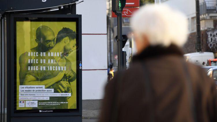 Une des affiches de la campagne de prévention sur le sida, dans la ville de Rennes, le 22 novembre 2016. (DAMIEN MEYER / AFP)