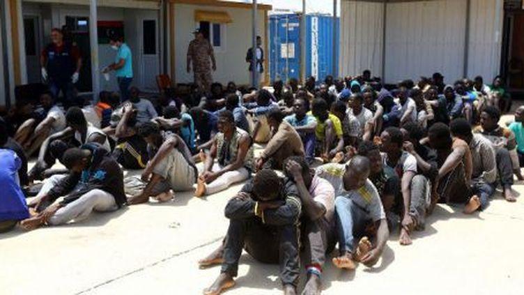 Des migrants dans une base navale près de Tripoli, le 9 mai 2017, après leur arrestation par les gardes-côtes libyens.  ( AFP/ Mahmud Turkia)
