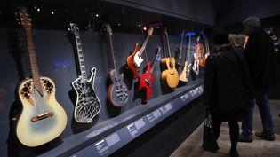 """Des guitares exposées au MET à New-York pour l'exposition """"Play It Loud"""". (DON EMMERT / AFP)"""