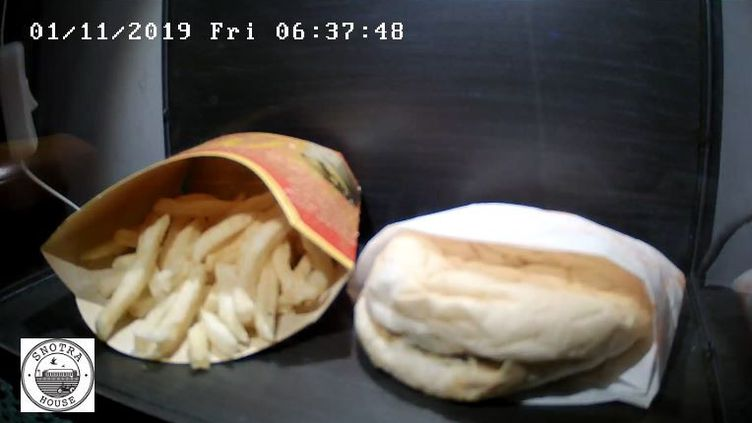 """On peut suivre en direct le """"vieillissement"""" d'un hamburger et de frites préparés il y a 10 ans. (SNOTRA HOUSE)"""