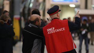 Un agent de la SNCF oriente un passager à la gare de Lyon, à Paris, le 1er juin 2016. (KENZO TRIBOUILLARD / AFP)