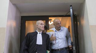 L'avocat Julien Pinelli (à g.) avec son client Nicolas Pisapia à la sortie d'une audience au tribunal de Saint-Domingue, le 25 avril 2016. (ERIKA SANTELICES / AFP)