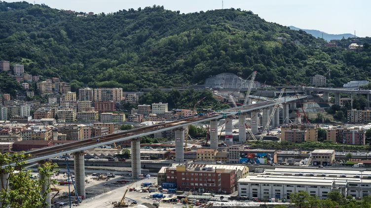 Une vue du nouveau viaduc de 1 067 mètres de long construit à Gênes (Italie), le 22 mai 2020. La première voiture y a circulé un mois plus tard. (FABRIZIO DI NUCCI / NURPHOTO / AFP)