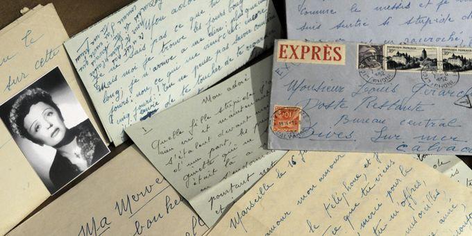 Lettres manuscrites d'Edith Piaf mises en vente chez Christie's en 2009  (STEPHANE DE SAKUTIN/AFP)