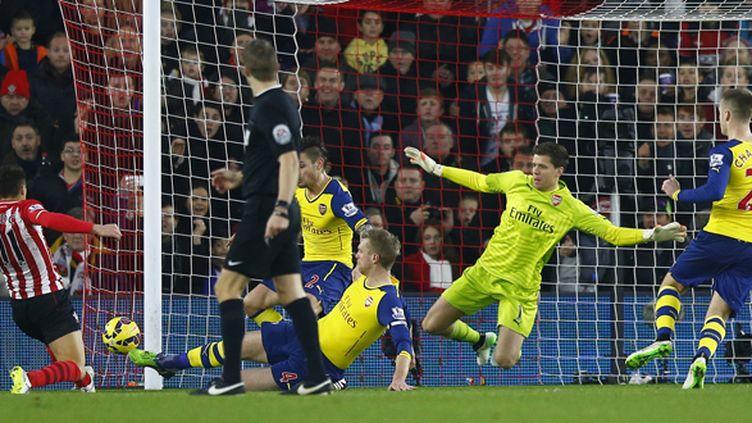Szczesny coupable sur le deuxième but de Southampton, oeuvre de Tadic